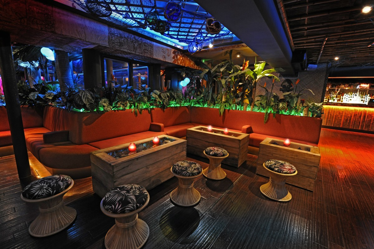 Garden - Central seating a with tropical plants and treasure chest tables.